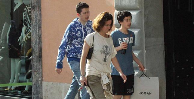 Roma, giornata di shopping in centro per Chiara Giordano e figli