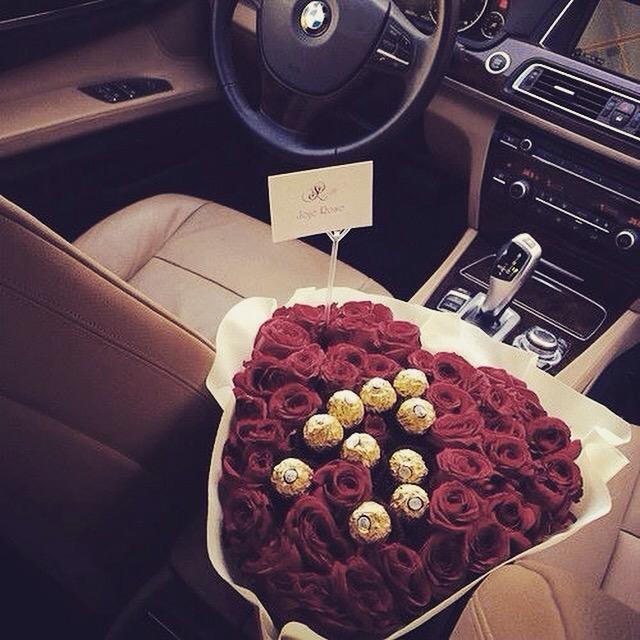 rose-rosse-in-auto