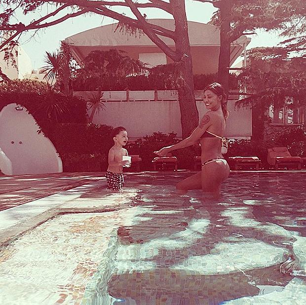 belen_santiago_piscina
