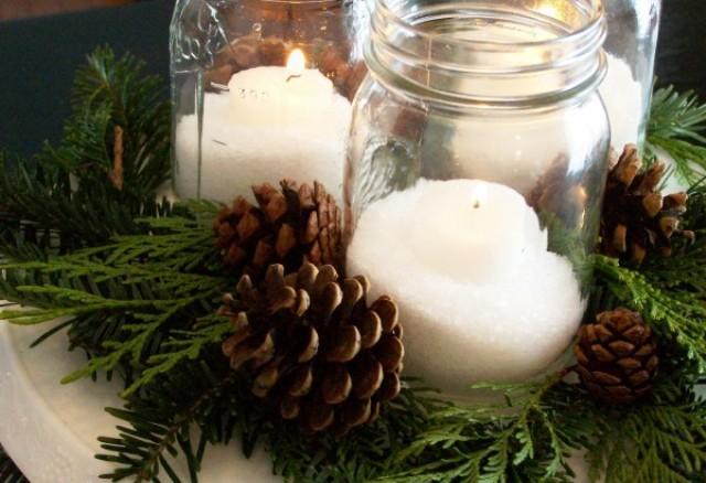Centrotavola-natalizio-con-pigne-e-candele