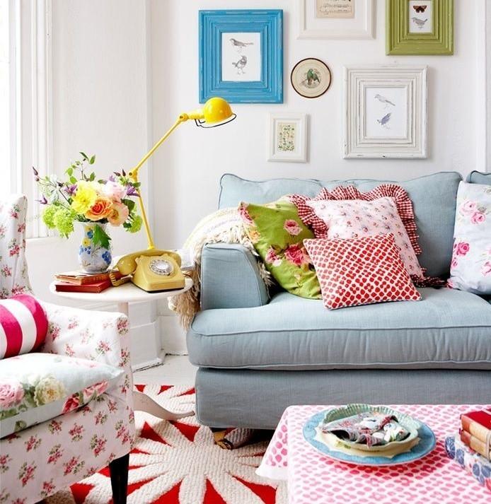 salottino-con-divano-azzurro-e-decorazioni