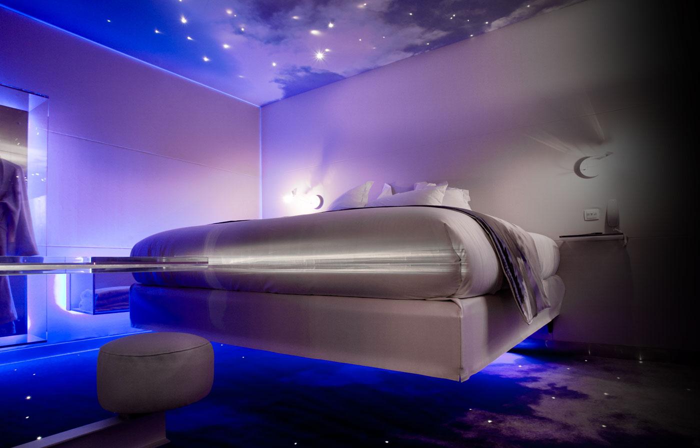 Arredare in stile futuristico idee originali per una casa 2 0 - Illuminazione camera da letto led ...