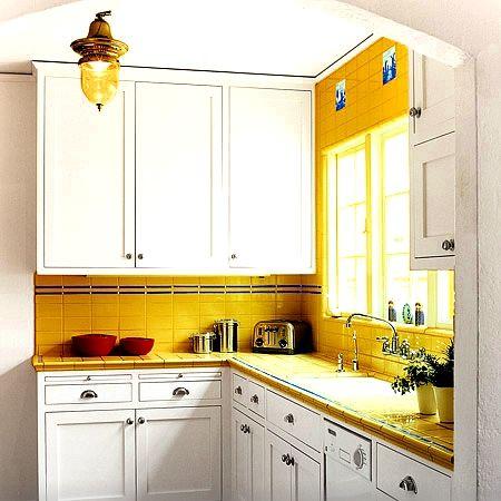 La casa del sole come arredare con l allegro mix bianco e giallo - Cucine angolari piccole dimensioni ...