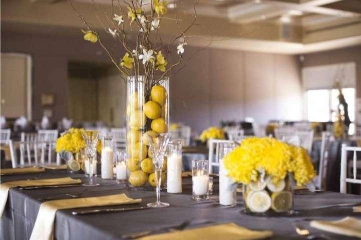 limoni-e-fiori-gialli-in-tavola