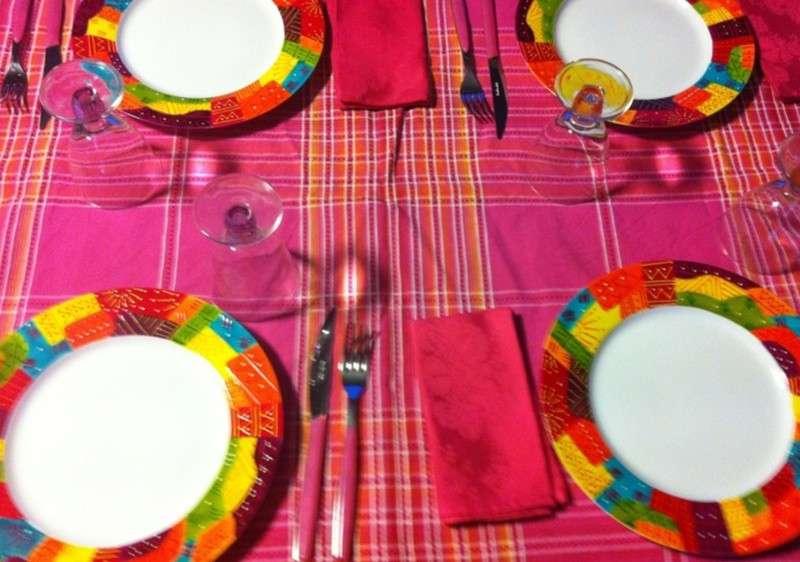 piatti-colorati-e-tovaglia-fucsia