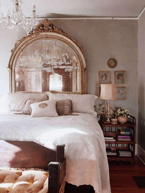 specchio-vintage-sul-letto