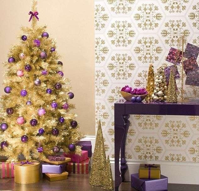 albero-oro-con-palline-viola-e-rosa