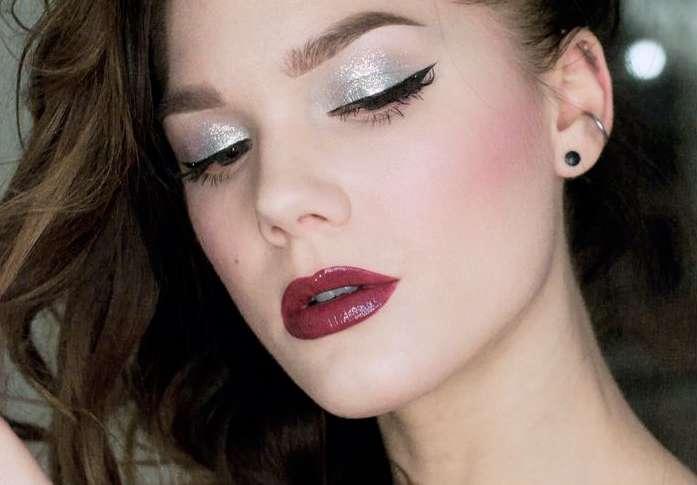 trucco-argento-e-labbra-rosso-scuro