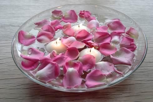 Centrotavola-con-candele-galleggianti-e-petali-di-rose
