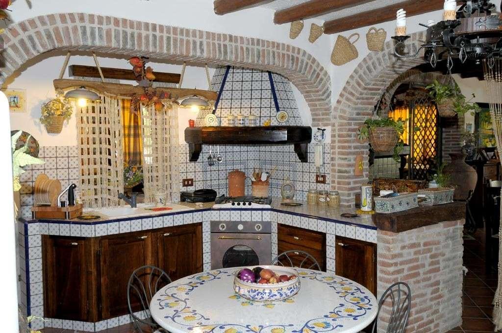Cucina rustica in muratura ecco come realizzarne una - Piastrelle antiche per cucina ...