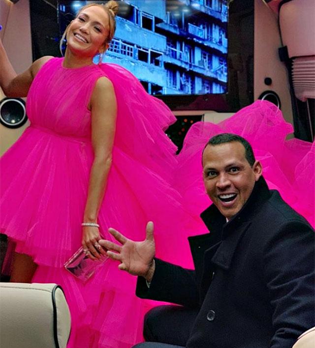 Jennifer Lopez completa l outfit con un paio di immancabili Jimmy Choo e  uno chignon con ciuffi spettinati e dall aspetto wet. I gioielli (pochi in  realtà 281236681bb